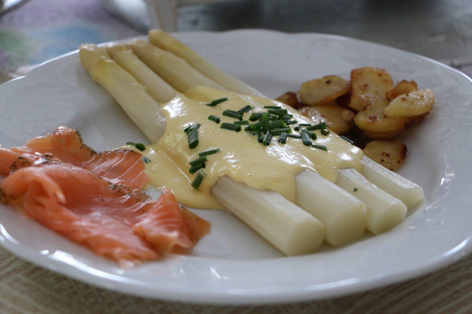 Frischer Spargel mit Sauce Hollandaise